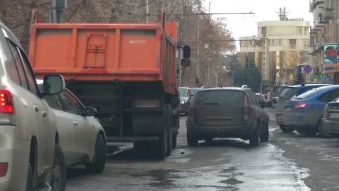 "КамАЗ зацепил ""Рено"" на Соборной площади"