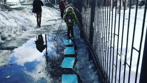 Паводок 2019. Дети вынуждены пробираться в школу №7 по доскам