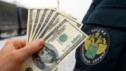 Саратовского таможенника подозревают в получении взяток от коммерсанта