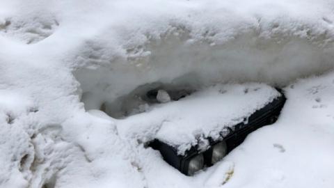 Из сугроба в центре Саратова показалась очередная машина