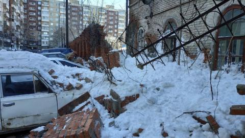 """Рухнувший рядом с музеем """"Россия - моя история"""" забор повредил автомобили"""