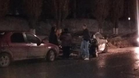 В Саратове столкнулись три легковушки и маршрутный «Форд»