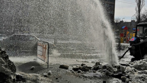 Аварию на водопроводе в центре Саратова устранили