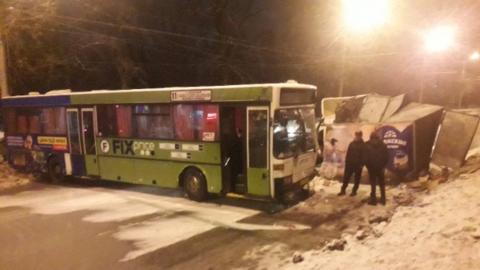 """Пассажирский автобус после заноса впечатало в """"Газель"""" с молочными продуктами"""