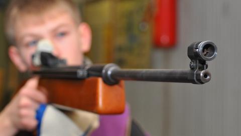 Ученик ранил одноклассника из винтовки на уроке ОБЖ