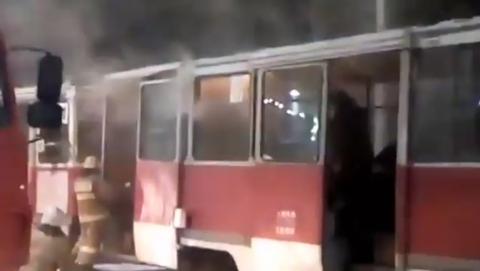 Горевший утром трамвай сняли на видео