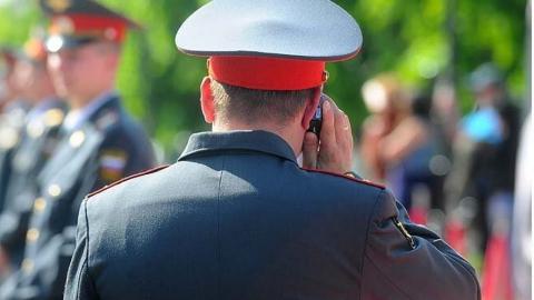 Полицейский брал телефоны у задержанных и переводил деньги на счета знакомых