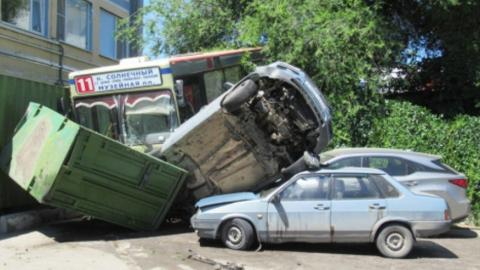 Водитель автобуса, снесшего четыре машины и переломавшего ноги пешеходу, возил людей без прав