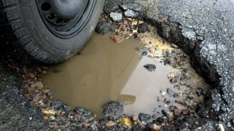 """Администрация Саратова заплатит владельцу """"Лексуса"""" за яму на дороге"""