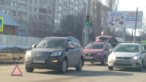 """Неопытный водитель на """"Рено"""" перед светофором догнал """"Лифан"""""""