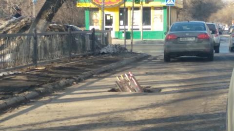 На улице Рахова в асфальте появилась очередная яма