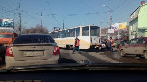 На улице Танкистов трамвай сошёл с рельсов и разбил несколько машин