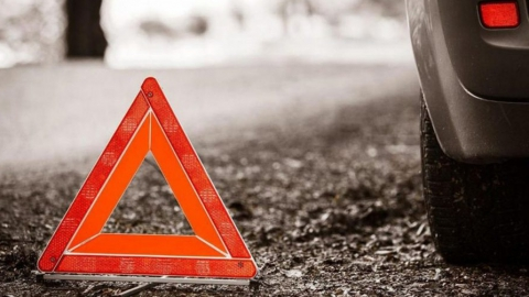 Отправивший фуру в кювет водитель легковушки скрылся с места аварии