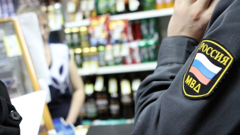 Полиция изъяла алкоголь в магазине, где пьяный посетитель убил хозяина и ранил продавца