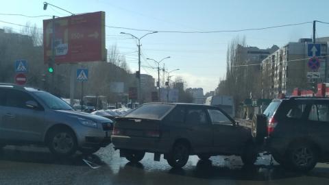 """Две китайских машины зажали """"четырнадцатую"""" на перекрестке"""