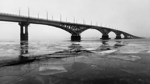 Девушка пыталась прыгнуть с моста Саратов-Энгельс