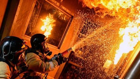 20 человек эвакуировали из загоревшегося дома