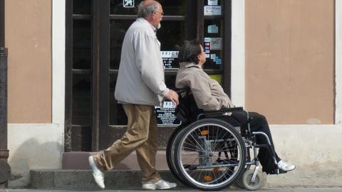 Саратовские инвалиды месяцами ждут коляски и трости