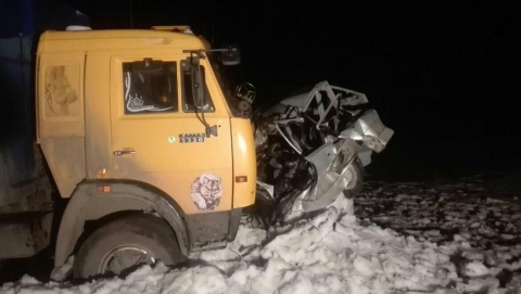 В лобовом столкновении с КамАЗом погиб водитель легковушки