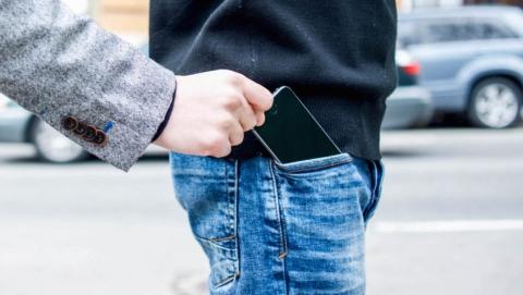 Трое кавказцев отобрали у подростка айфон