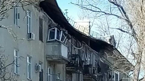 Час назад рухнул огромный кусок крыши дома со стеной