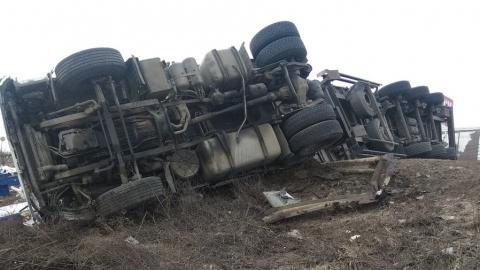 Водитель перевернувшейся на трассе фуры остался ночевать у разбитой машины