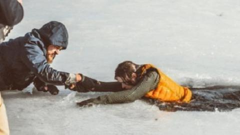 На Волге ночью спасли провалившегося под лед рыбака