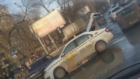 """""""Газель"""" после столкновения с такси вылетела на тротуар"""