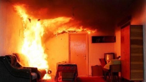 Из-за пожара в квартире эвакуировали весь подъезд