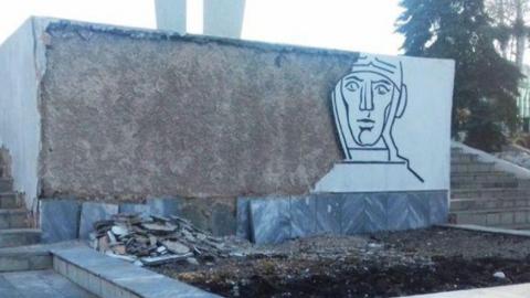 Осыпающийся обелиск Победы в Энгельсе пообещали восстановить до 9 мая