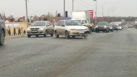 """После аварии на трассе """"Ладу"""" развернуло поперек дороги"""
