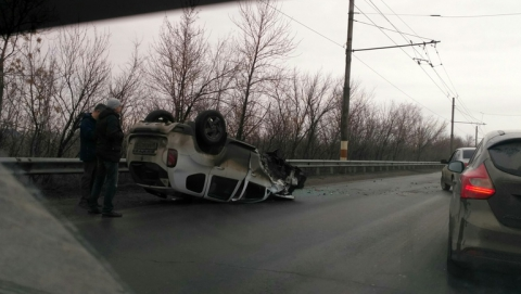 Иномарка перевернулась на мосту после тройной аварии