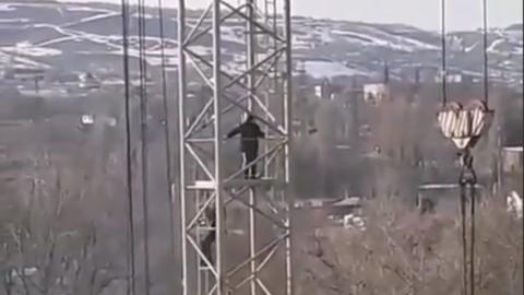 Играющих на заброшенном строительном кране детей сняли на видео
