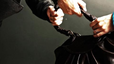 Вор попался на ограблениях женщин во время испытательного срока