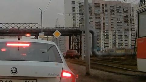 """Нива"" объехала светофор по трамвайным путям"