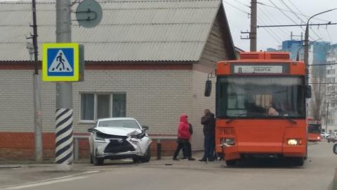 """Троллейбус 8-го маршрута только что протаранил """"Лексус"""""""