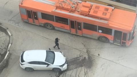 """Хозяин """"Лексуса"""" после столкновения с троллейбусом расплатился на месте"""