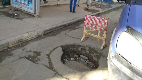 Коммунальный колодец возле остановки на полметра ушел под землю