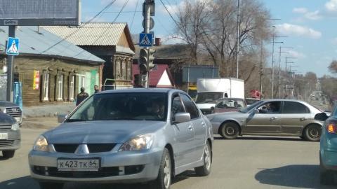 На оживленном перекрестке в центре Саратова отключили светофоры