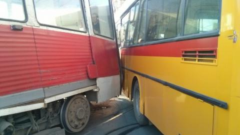 В центре Саратова столкнулись трамвай и автобус
