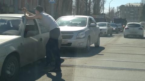 Столкнувшиеся машины перекрыли трамвайные пути
