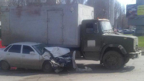"""""""Лада Приора"""" на большой скорости влетела под грузовик"""