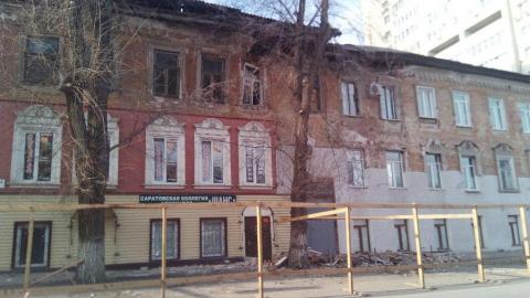 Разваливающийся дом в центре Саратова до сих пор опасен