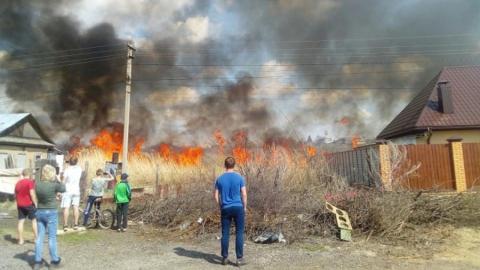 Возле Квасниковки огонь едва не перекинулся с камыша на дома