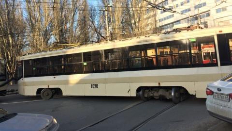 Сошедший с рельсов трамвай перекрыл перекресток в центре Саратова