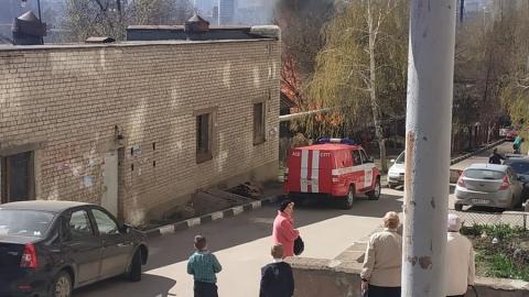 На улице Некрасова полыхает частный дом