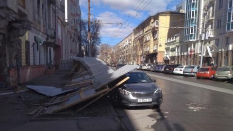 Рухнувший у дома Яхимовича забор придавил машину