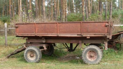 Четверых жителей Мокроуса подозревают в краже прицепа от трактора