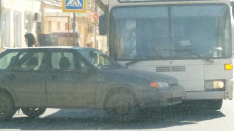"""""""Четырнадцатая"""" влетела под автобус в центре Саратова"""