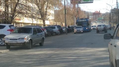 """Автобус догнал """"Шкоду"""" на улице Чернышевского"""